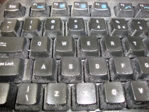 Dit toetsenbord is een prachtig verspreidpunt van de huisbacterien van de mens. Staphyloccus Aureus zal er te vinden zijn en uiteraard ook virussen, vooral nadat de gebruiker een niesbui heeft gehad en even zijn zakdoek kwijt was.
