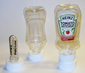 Zo wordt de Heinzfles gemaakt: Links de parison van waaruit de fles na verwarming geblazen wordt. Rechts het uiteindelijke product.