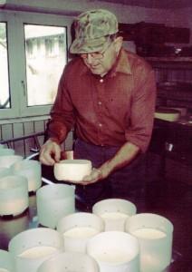 Paul Zingler hier in de weer met zijn Munster kaas. Via handcontact zorgt hij voor een heel bijzonder aroma aan de kaas. Daar kan geen zuursel tegenop.