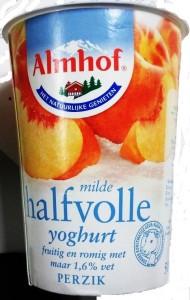 Er zit maar een kwart stukje perzik in deze yoghurt terwijl het etiket toch wel een ruimere dosering suggereert. Gelukkig wordt er royaal aroma toegevoegd. Mild wordt yoghurt altijd als je er zo'n 15% suiker bij gooit. Mijn tandarts is er blij mee!