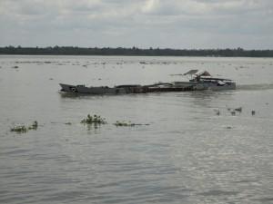 Hier moet de Prins maar een bodemmonsters nemen van de Mekong rivier. De GPS coördinaten zijn: 10.02.061NB en 105.48.727OL