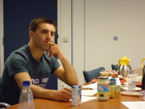 Robert Ciechonski is hard aan het nadenken tijdens het eind examen van de LMT opleiding. Zijn technologische kennis van de producten die voor zijn neus staan wordt getoetst. Hij heft op 8 juli zijn diploma in ontvangst mogen nemen. Proficiat!