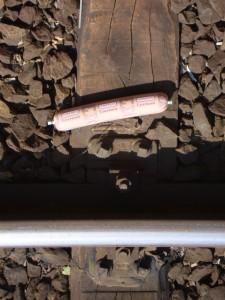 Een vette worst die beter niet op de oh zo gladde rails terecht moet komen.