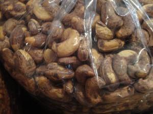 Deze zwart beschimmelde cashewnoten zijn in Vietnam gewoon te koop voor weinig geld. Levensgevaarlijk om te eten! Een creatieve technoloog kan deze noten mooi bleek maken en stoffen toevoegen zodat een laboratorium de mycotoxinen moeilijk kan vinden.