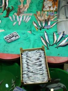 Een kistje spiering op een markt in Turkije. In ongekoelde toestand is het belangrijk deze visjes binnen 24 uur te consumeren en vooraf goed te bakken of frituren. Een delicatesse!