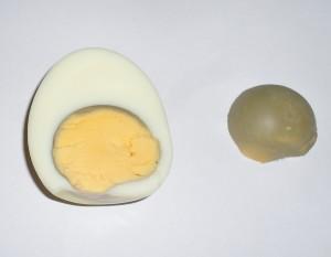 In dit ei is de dooier na verloop van enkele weken naar onderen gezakt en maakt contact met het eivlies. De natuurlijke enzijmen (lysozym) 'vreten' zich door het vlies heen en dan is er contact met de vieze en boze buitenwereld. Het ei gaat dan snel rotten.