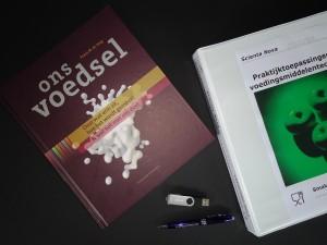 Het lesmateriaal is simpel maar doeltreffend. Het boek 'Ons Voedsel'dat geschreven is door Frans de Jong, vormt een belangrijk deel van de lesstof. Aanvullende stof wordt in een lesmap meegeleverd en dient, samen met de gemaakte opdrachten als een naslag werk. De 16Gb USB stick wordt gebruikt om de gefilmde prakticum proeven op te slaan.