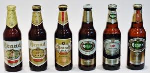 Het linker flesje dateert uit 1994 en vormt het begin van een prettige verzameling. Het geeft ook aan hoe zeer er academisch aan het merk is geprutst door de marketeers van Heineken.