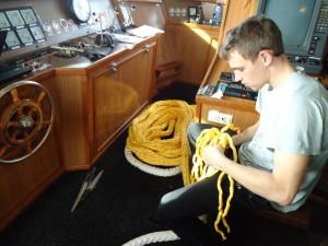 Neef Meindert de Boer even een oogsplitsje maken. Tien minuten later bracht hij de nieuwe landvast fluitend naar het nettenruim.