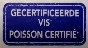 Vierkant, blauwe kleur. De gemiddelde consument krijgt de suggestie dat dit een officieel logo is van MSc of ASC. Dit logo is nog minder waard dan de drukinkt waarmee het gedrukt is.