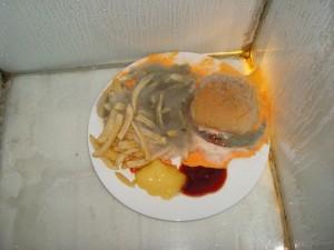 Deze snack wordt na bederf nóg ongezonder dan hij al is. De mayonaise blijft nog stabiel als gevolg van het hoge olie gehalte en de tomatenketchup houdt zich redelijk staande als gevolg van zijn natuurlijke conserveringsstoffen