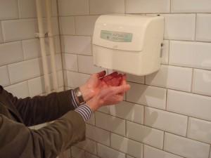 Luchtdrogers voor de handen zzijn een van de meest rampzalige uitvindingen op het gebied van persoonl;ijke hygiene. De mechanische reinigingsactie van de handdoek ontbreekt geheel.