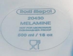 Melamine wordt nogstteeds volop gebruikt als voedselveilig materiaal. De bekende capmingbordjes worden er nogsteeds mee gemaakt. Dan maar hopen dat de kleuter niet teveel van dit bord afschraapt met een scherp mes.