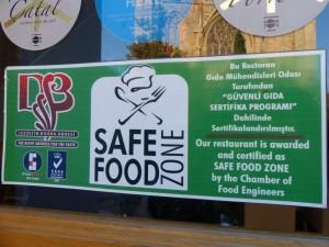 Op Cyprus snapt men hoe het moet! Een kamer van voedselknutselaars heeft dit restaurant tot veiligheidszone gebombardeerd. Eh, wij zijn meteen ook maar ISO 22.000 gecertificeerd, meneer de toerist!