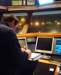 Na een vermoeiende weekreis kost het de schipper van een vissersboot veel moeite om de boekhouding zonder schrijffouten gereed te maken. Ieder klein foutje (fraude daar gelaten)  wordt met buitensporig veel geweld door de overheidsdioenaren bestraft. De boetebedragen beginnen zo'n beetje bij € 10.000