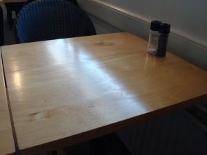 Deze tafel plakte als gevolg van de vuilresten die door een 'luie voruwendoekje' egaal over het tafelblad verspreid werden.