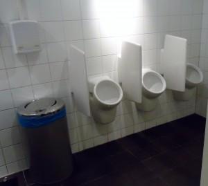 Een handendroger boven de afvalbak zorgt ervoor dat er vooral veel luchtbeweging plaatsvindt in deze besmette ruimte. Horecaondernemers die dergelijke apparaten  voor hun klanten aanschaffen snappen NIETS van hygiëne.