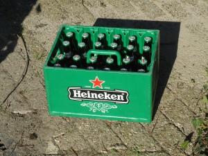 Dit bier dat in de zon ligt te bakken ondergaat chemisch bederf. De hopbitterstoffen zijn lichtgevoelig en geven een roest smaak als gevolg van het het ontstaan van iso alfa zuren