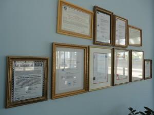 De directiekamers in Vietnam zijn behangen met officiele voedselveiligheids certificaten. Wat mij betreft worden deze eens een keer goed onder de loep genomen