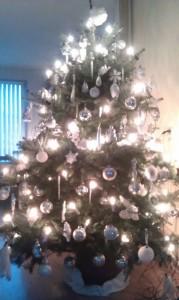 Bij deze kerstboom wordt een zonnebril bij geleverd. Het is een voorbode van een stralend nieuwjaar