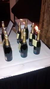 Ruil deze flessen maar in voor een lekkere Bordeaux of Chablis. Let maar op wat de basis vormt van deze over het paard getilde feestdrank als het koolzuur eruit is. Zuur, aromaloos met een smaak als dat van karton.  De inhoud lijkt nog geen € 5 waard