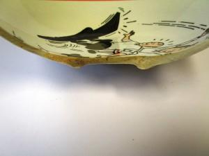 Een bord dat een scheur heeft of waar een beetje glazuur vanaf is, vormt een voedselveiligheidsrisico. In de scheur kan zich vuil ophopen en zich onttrekken aan het reinigingseffect van de afwasmachine.