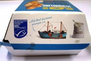 Dit is een juiste weergave van de inhoud. De zak meel wordt groter afgebeeld dan de vissersboot die verre van zeewaardig lijkt. Het MSC logo is een vermetele poging om te laten zien dat er 'iets' aan certificering is gedaan.