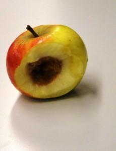Rotte appels van de voedingsmidelenindustrie benader je niet met fluwelen handschoenen, kanselpraat noch met holle rapporten die de onkunde van de handhavers pijnlijk illustreren