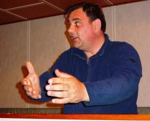Jan met zijn karakteristieke felle blik, zwaaiende handen zijn betoog kracht bijzettend