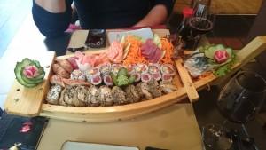Sushi opdienen in een houten 'vreetschuit' is vragen om problemen. Dit is bij een Leuvens suhshi restaurant dat gerund werd door Nepalezen...