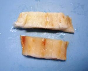 Verrotte kablejauw puntjes kunnen ook weer mooi blond gemaakt worden. Om de piridine geur (verrotte vislucht) weg te nemen moet wel langer geweekt worden. Maar dan is er van de filet weinig meer over.  Na het weken is het filetje mooi 10% zwaarder geworden. Mooi meegenomen.