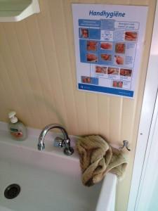 Ondanks de instructiekaart was het handenwassen in deze horeca gelegenheid een puinhoop. De handdoek rook lekker naar karnemelk met een ondertoon van een verrot ei.