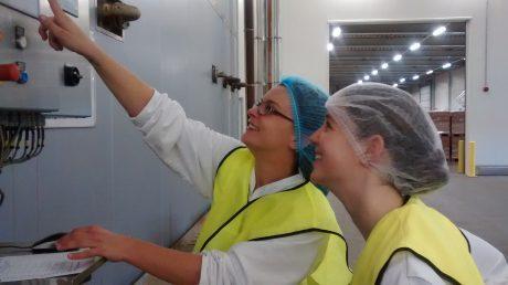 LIse Heuven (WUR voedingsmiddelentechnologie 3e jaars) krijgt deskundig uitleg over sterilisatie techniek. Tijdens haar stage orienteert zij zich op zoveel mogelijk onderwerpen en intussen verricht zij onderzoek naar fraude detectie technieken voor honing.