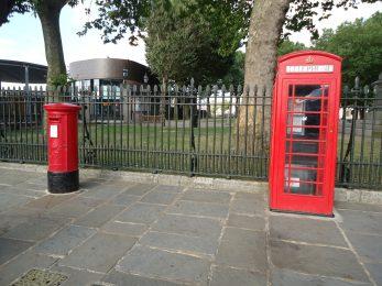 Twee oer Engelse symbolen van de voorsprong van weleer. Telefooncellen zijn bij ons inmiddels uit het straatbeeld verdewenen en de postbode heeft bij ons iets minder moeite om de post te verzamelen dan zijn Engelse collega.